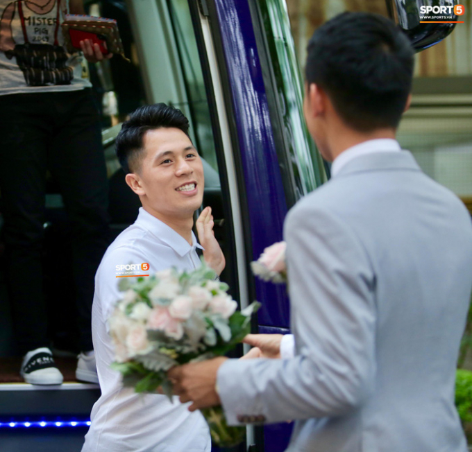 18h ngày 23/4, dàn cầu thủ Hà Nội FC trên chiếc xe buýt màu tím quen thuộc di chuyển đến một trung tâm tiệc cưới thuộc quận Long Biên (Hà Nội) dự hôn lễ Hùng Dũng.