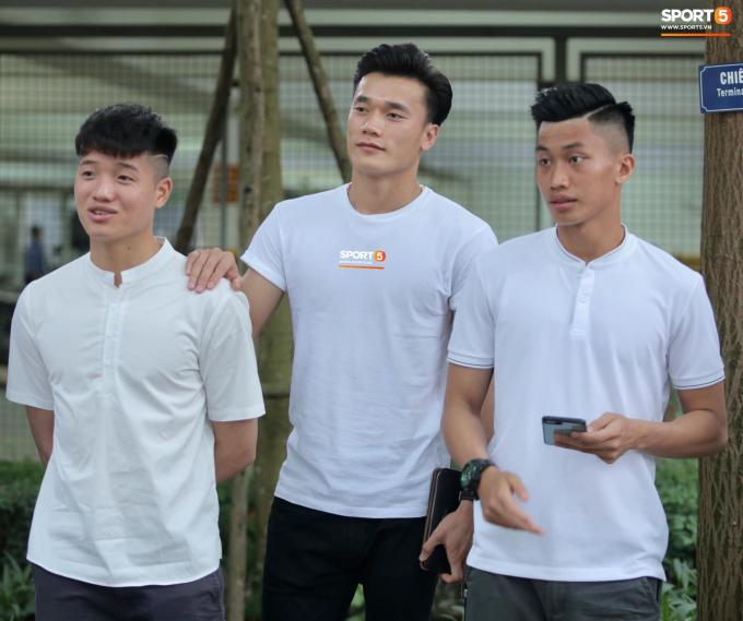 Bộ ba thủ môn Minh Long, Minh Hiếu và Tiến Dũng bảnh bao trong màu áo trắng tinh khôi.
