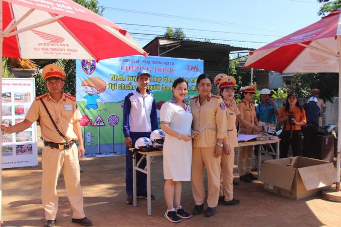 Phòng Cảnh sát giao thông Công an tỉnh Đắk Lắk tổ chức tuyên truyền, phổ biến Luật Giao thông nhằm góp phần nâng cao ý thức chấp hành Luật Giao thông đường bộ cho người dân. (Ảnh:Đình Thảo)