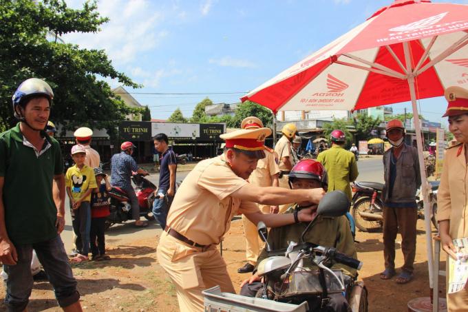 CSGT Đắk Lắk tặng mũ bảo hiểm đạt chuẩn cho người dân.(Ảnh:Đình Thảo)