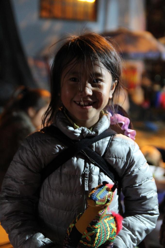 Nụ cười của em bé sau khi bán được cho khách.