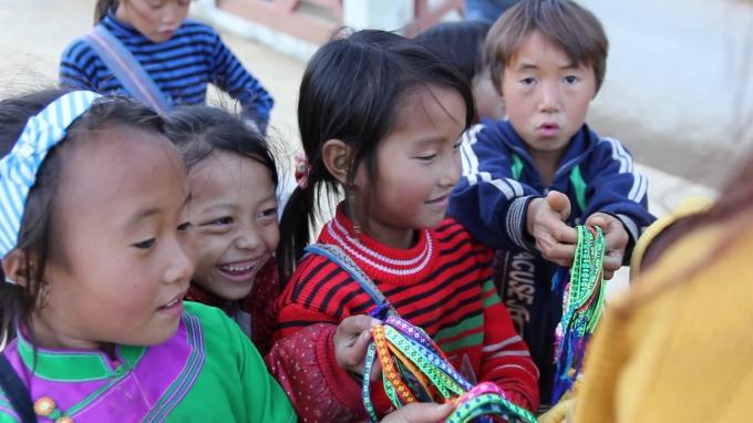 Nụ cười rạng rỡ của cô bé khi bán được hàng cho du khách. Những món đồ các em bán là quà lưu niệm chỉ có giá 10 - 20.000 đồng.