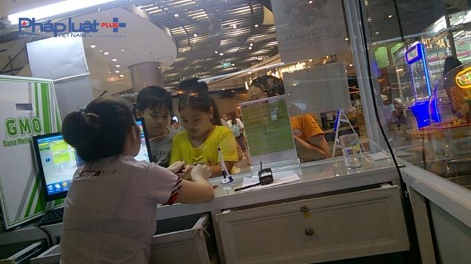 Thậm chí các nhân viên bán hàng còn trực tiếp bán đồng xu cho trẻ nhỏ.