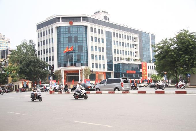 Băng - rôn lớn được trang hoàng trước cơ quan hành chính quận Ba Đình.