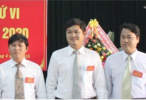Ông Lê Phước Hoài Bảo (đứng giữa) vừa được bổ nhiệm làm Giám đốc Sở Kế hoạch và Đầu tư tỉnh Quảng Nam, đồng thời vừa đắc cử vào Ban chấp hành Đảng bộ tỉnh Quảng Nam khóa XXI, nhiệm kỳ 2015 - 2020.(Ảnh: ST)