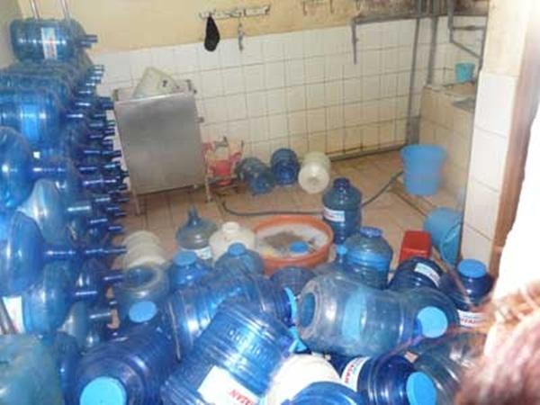 Nhiều mẫu nước tinh khiết đóng bình bị phát hiện nhiễm vi khuẩn gây bệnh nguy hiểm cho người (Ảnh minh họa - Internet)