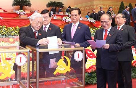 Lãnh đạo Đảng, Nhà nước và đại biểu bỏ phiếu bầu BCH Trung ương Đảng khóa XII. Ảnh: TTXVN