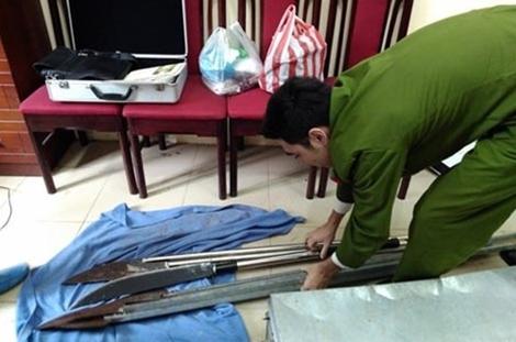 Lực lượng Công an thu giữ vũ khí thô sơ tại nhà Trần Văn Dũng.