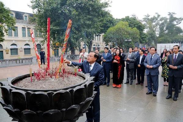 Các đồng chí lãnh đạo TP Hà Nội, quận Hoàn Kiếm dâng hương tại tượng đài Vua Lý Thái Tổ.