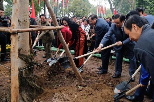 Các đồng chí lãnh đạo TP tham gia Tết trồng cây.