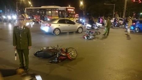 Hàng loạt xe máy bị đâm trúng nằm la liệt (Ảnh: Đ.Nam)