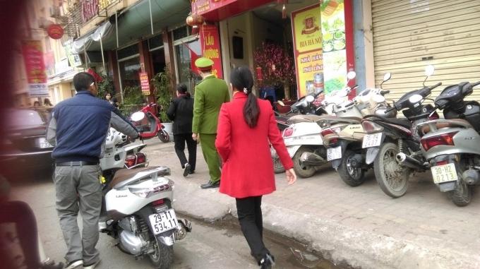 Dù lực lượng công an phường Ngã Tư Sở có mặt nhưng các điểm giữ xe vào chùa Phúc Khánh vẫn thu tiền cao hơn nhiều lần so với quy định. (Ảnh: Thu Hường).