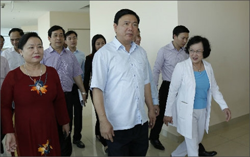 Bí thư Đinh La Thăng quan tâm đến những khó khăn của các bệnh viện tư, mô hình hợp tác công tư khi thăm khu Y tế kỹ thuật cao Hoa Lâm - Shangri La (Ảnh: VnExpress)