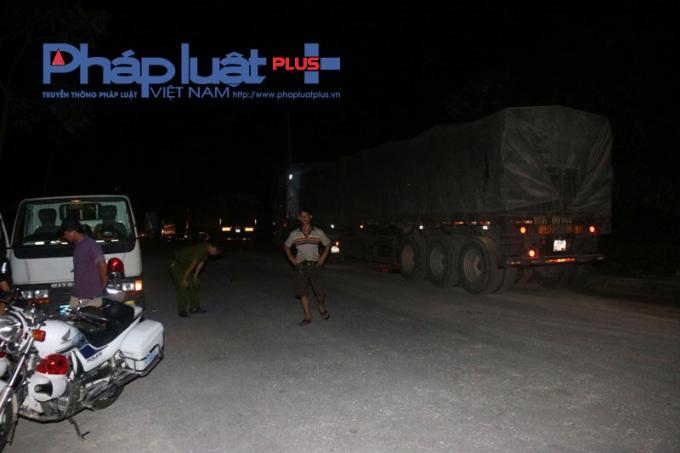 Đoàn xe tải chở quặng sắt hiện tại đang được đội CSGT, công an huyện Quang Bình tạm giữ.