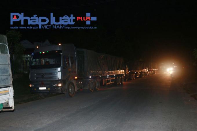 Hà Giang: Tạm giữ 8 xe quặng chở quá tải trên QL279