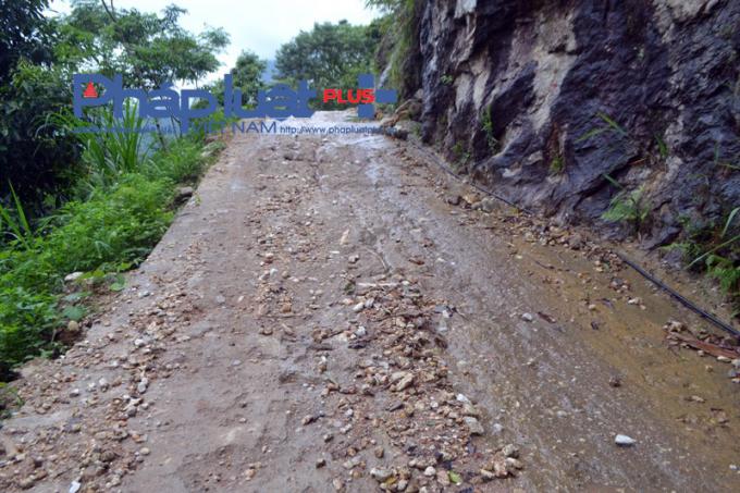 Tại xã Sán Sả Hồ, nhiều điểm đường bê tông liên thôn chưa sử dụng đã trơ sỏi, đá.