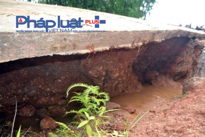 Do thi công kém chất lượng, sau đợt mưa lũ kéo dài nhiều đoạn đường bị rỗng bên trong.