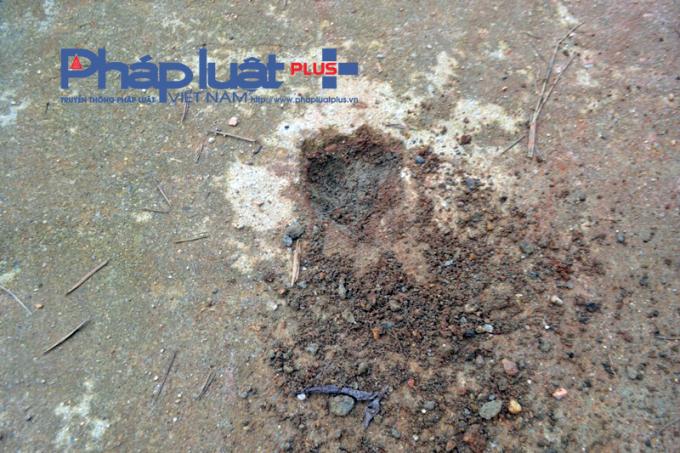 Dùng cây gõ nhỏ khoét nhẹ tại một số điểm cho thấy đường bê tông pha cả cát lẫn đất.