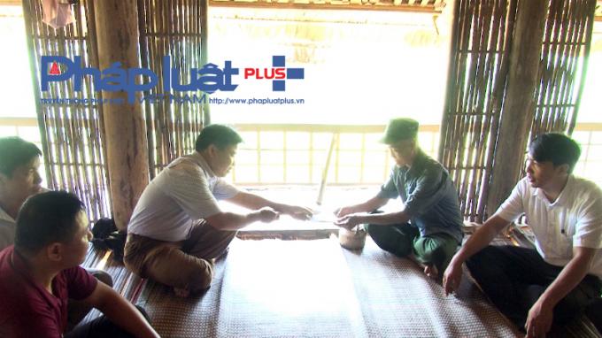 Lãnh đạo huyện Quang Bình đến động viên gia đình các nạn nhân. ( ảnh: Phàn Giào Họ)