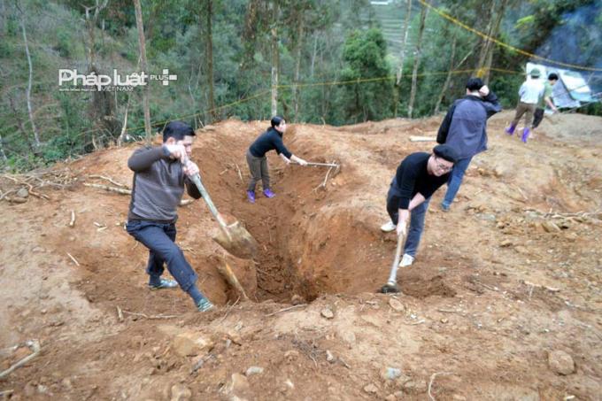 Cán bộ công nhân, viên chức xã Đường Âm tình nguyện lên địa điểm khai thác vàng để lấp hầm. (ảnh: Phàn Giào Họ).