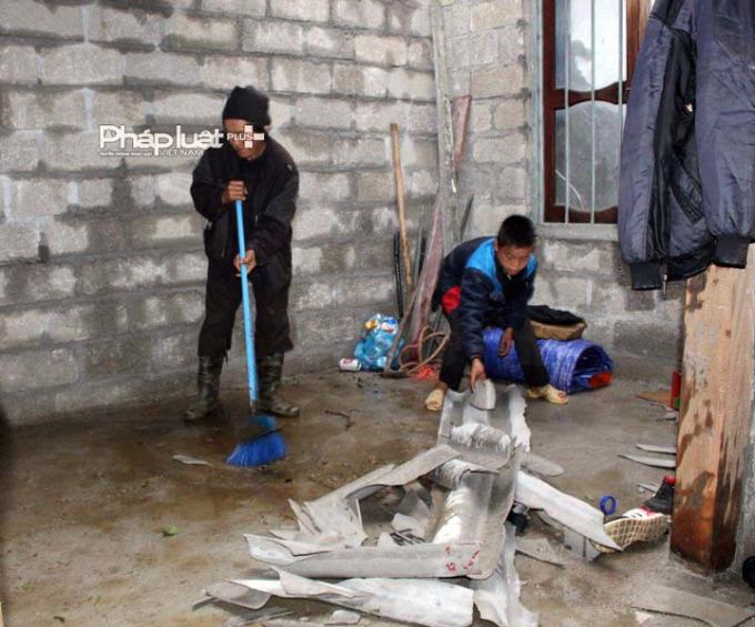 Nhà của một hộ dân lợp bằng tấm lợp xi măng bị vỡ vụn sau trận mưa đá kéo dài 15 phút.