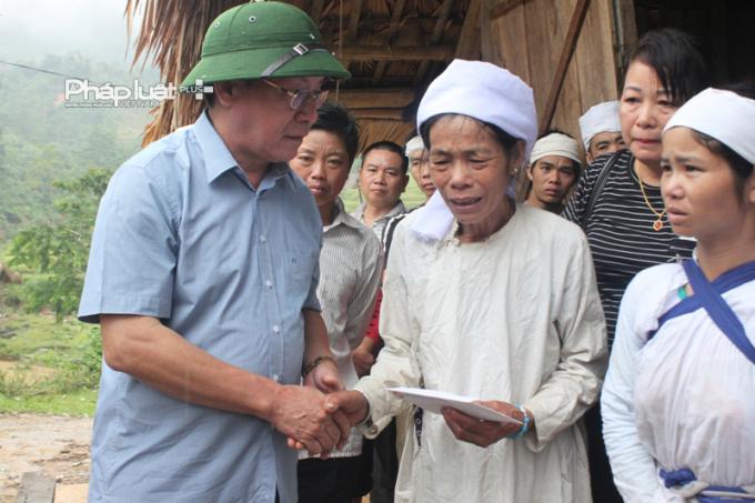 Lãnh đạo tỉnh Hà Giang thăm và tặng quà nhân dân vùng lũ.