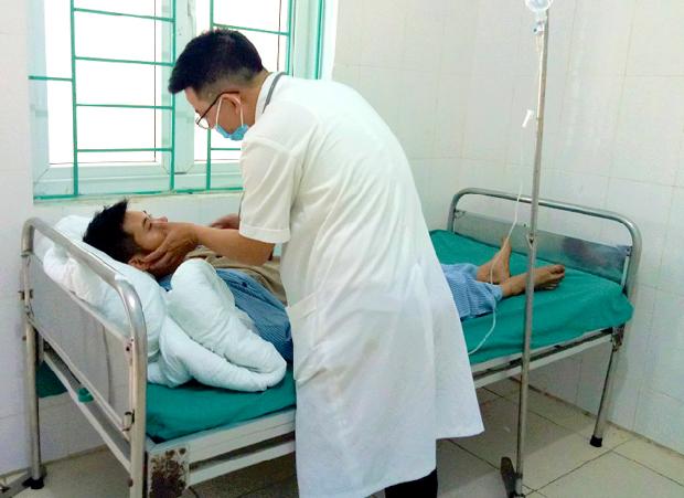 Các bác sĩ đang điều trị cho bệnh nhân ăn phải nấm độc. (Ảnh: Baohagiang.vn)
