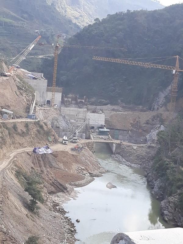 Công ty cổ phần Sông Chảy 6 đang thi công gây nên tình trạng ô nhiễm môi trường.
