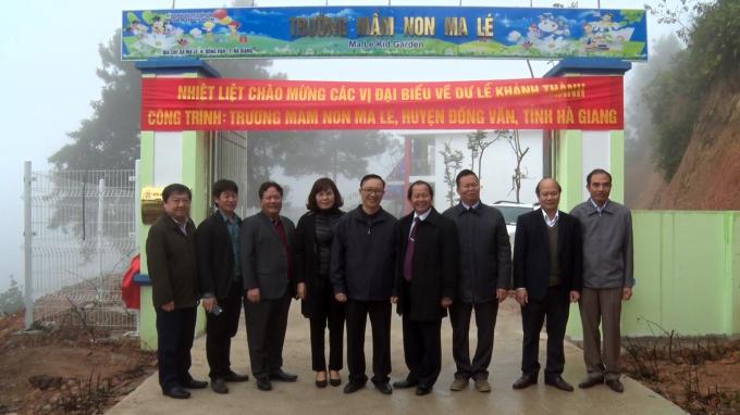Lãnh đạo tỉnh Hà Giang và lãnh đạo huyện Thanh Trì chụp ảnh lưu niệm. (Ảnh: T. Ngay).