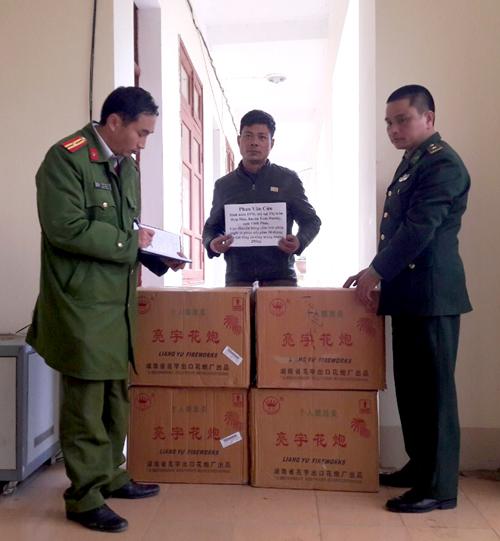 Đồn biên phòng Lũng Cú bàn giao tang vật cho công an huyện Đồng Văn xử lý. (Ảnh: BĐBP Hà Giang).