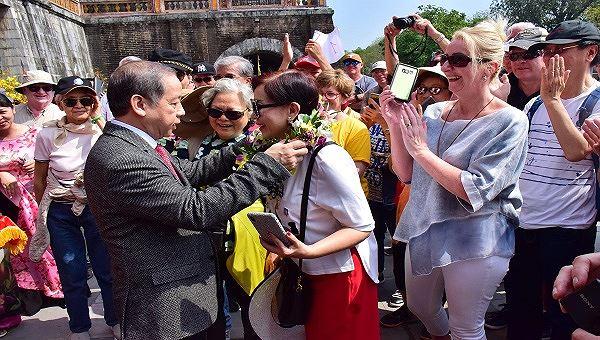 """Chủ tịch UBND tỉnh ông Phan Ngọc Thọ tặng hoa và gửi lời chúc tới những vị khách """"xông đất"""" Hoàng Cung Huế."""