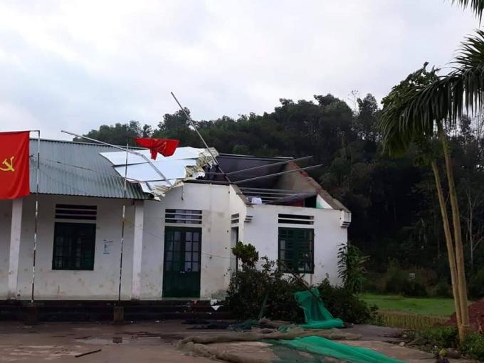 Nhiều nhà dân và hội trường thôn tại xã Tân Bắc, huyện Quang Bình (Hà Giang) bị tốc mái, tốc nóc.