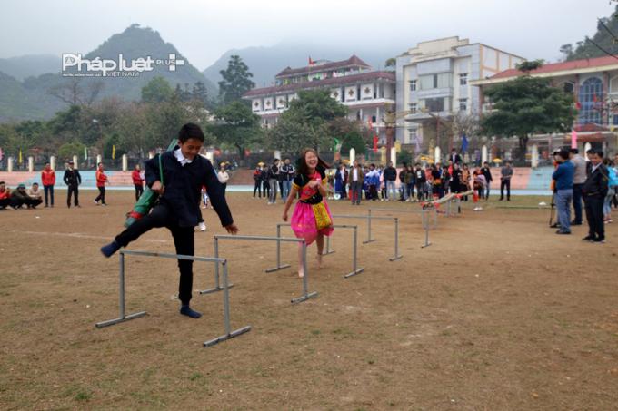 Tại cuộc thi này,các đôi nam - nữ phải vượt nhiều chướng ngại vật.