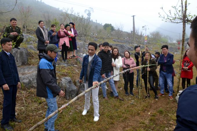 Lễ hội cũng diễn ra hội thi chặt Mía, du khách nào có khả năng chặt cây Mía sao cho 2 đoạn có độ dài bằng nhau sẽ nhận được quà của Ban tổ chức.