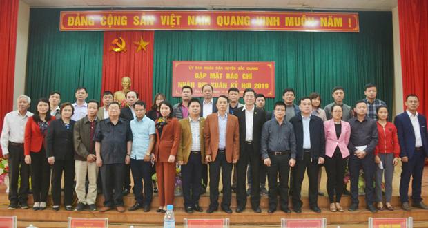 Lãnh đạo huyện chụp ảnh cùng các phóng viên làm báo trên địa bàn tỉnh Hà Giang.