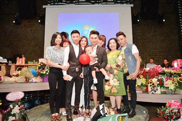 Minh Hiển chụp ảnh cùng ca sỹ Du Thiên và gia đình.