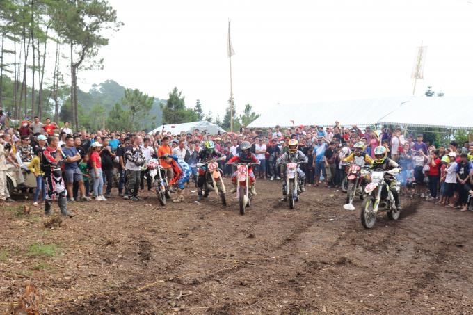 Giải đua xe địa hình lần thứ nhất thu hút nhiều vận động viên và các tay đua.