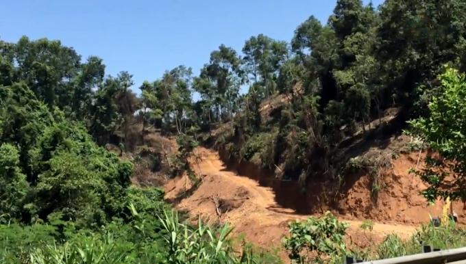Người dân tự ý san gạt đất rừng làm đường khai thác gỗ tại xóm Nà Roác.