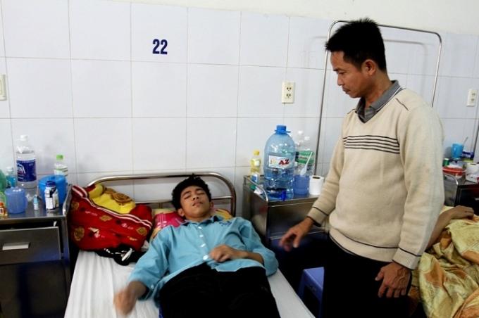 Ông Tin đang chăm sóc Trường tại bệnh viện.