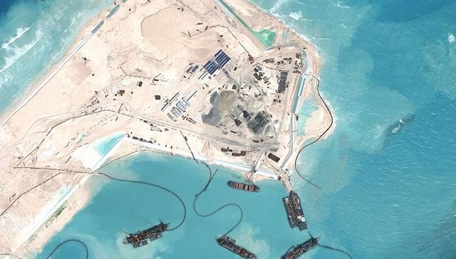 Các tàu thuyền của Trung Quốc vây quanh đá Chữ Thập tại quần đảo Trường Sa (Ảnh: AMTI).