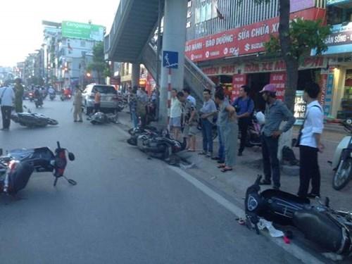 Tại hiện trường, hàng loạt xe máy nằm dạt dưới lòng đường và sát vỉa hè.