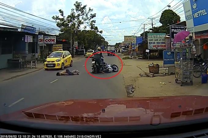 Sau va chạm với taxi, thanh niên bị xe máy đi ngược chiều đâm thẳng vào người.