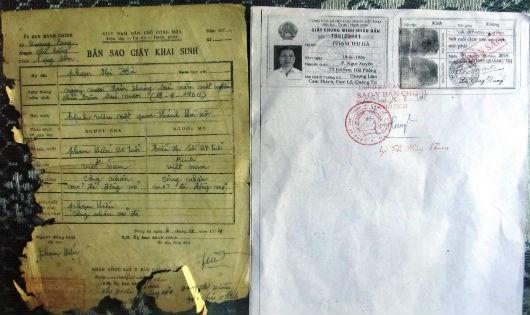 Bản khai sinh và CMND lệch 4 năm của bà Hà do mẹ của bà Hà cung cấp.