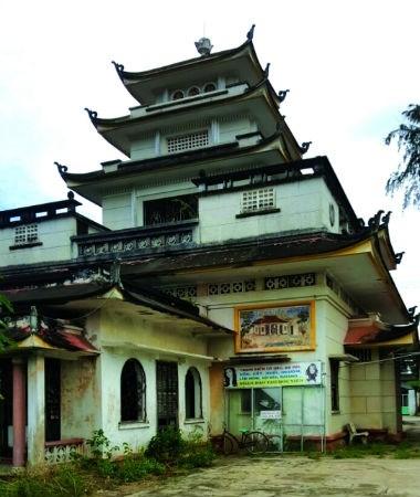 Từ xa nhìn lại quần thể chùa Hảo Tâm vẫn bề thế, uy nghi nhờ thiết kế bê tông cốt thép kiên cố dù đã tồn tại hơn nửa thế kỷ.