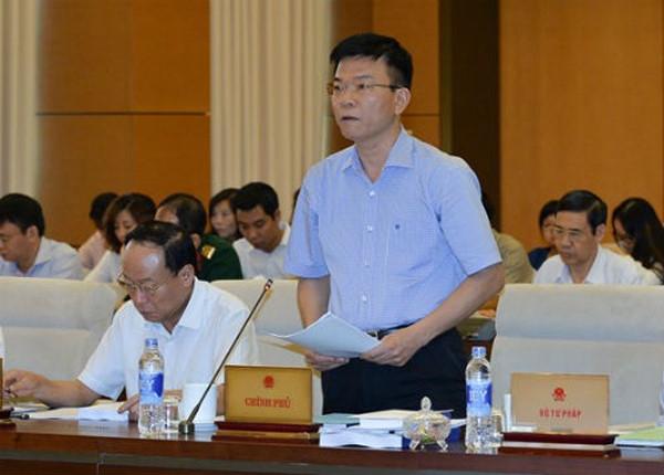 Bộ trưởng Bộ Tư pháp Lê Thành Long đọc Tờ trình Luật Sửa đổi Bộ luật Hình sự 2015.