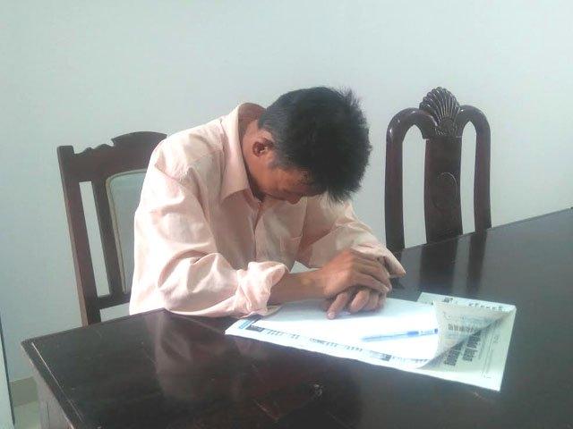 Anh Nguyễn Đình Quang tại cơ quan chức năng. (Ảnh: Dân Việt)