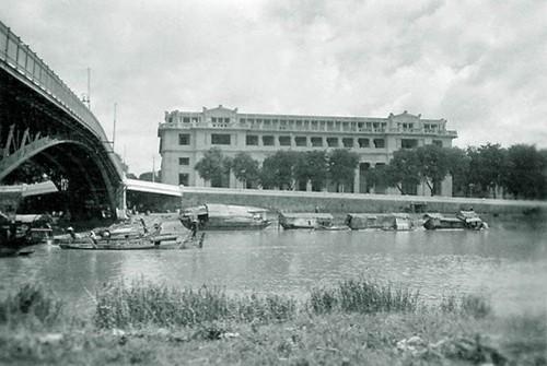 Bắc qua kênh Tàu Hủ - Bến Nghé, cầu Mống nối liền quận 1 và quận 4 và là một trong những cây cầu cổ xưa nhất Sài Gòn. Cầu do hãng vận tải Hải Dương Messageries Maritimes (Pháp) xây dựng vào năm 1893 -1894. Theo nguyên bản, cầu Mống có màu đen, dùng cho cả người đi bộ và xe cơ giới. Trong quá trình thi công đại lộ Đông - Tây và đường hầm sông Sài Gòn, cầu được tháo dỡ hoàn toàn. Sau đó, cầu được lắp ghép lại theo nguyên bản nhưng các đường dẫn lên cầu bị phá bỏ và thay thế bằng bậc tam cấp dành cho người đi bộ tham quan.