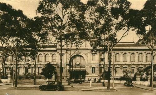 Bưu điện trung tâm Sài Gòn (quận 1) được xây dựng trong khoảng năm 1886–1891 theo đồ án thiết kế mang phong cách châu Âu của kiến trúc sư người Pháp Villedieu cùng phụ tá Foulhoux. Khởi thủy, công trình này là Sở dây thép Sài Gòn (tức Bưu điện Sài Gòn). Đây là công trình kiến trúc mang phong cách châu Âu kết hợp với nét trang trí châu Á và là điểm đến nổi tiếng của Sài Gòn hiện nay.