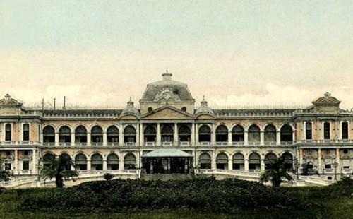 Dinh Độc Lập, trước đây làDinh Norodom, ngày nay còn gọi là Hội trường Thống Nhất, được xây dựng vào năm 1868-1871. Tháng 7/1962, dinh được xây mới trên nền đất cũ theo đồ án thiết kế của kiến trúc sư Ngô Viết Thụ. Công trình có khuôn viên rộng 12 ha, diện tích sử dụng 20.000 m2, gồm ba tầng chính, hai gác lửng, một sân thượng và tầng hầm. Dinh có khoảng 100 phòng được trang trí theo phong cách khác nhau tùy vào công năng sử dụng. Hiện nay, Dinh Độc Lập là di tích lịch sử nổi tiếng và là nơi hội họp, tiếp khách của các cấp lãnh đạo trung ương cũng như của thành phố.