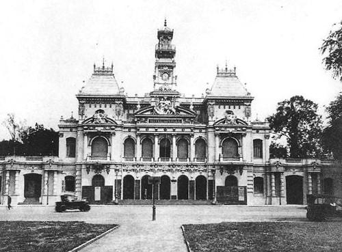 Trụ sở UBND TP HCM là tòa nhà được xây dựng năm 1898-1909 do kiến trúc sư Femand Gardès thiết kế mô phỏng theo kiểu những lầu chuông ở miền Bắc nước Pháp. Thời Pháp thuộc, tòa nhà này có tên làDinh Xã Tây, trước năm 1975 gọi làTòa đô chánh, hiện nay đây là nơi làm việc của UBND TP HCM, nằm ngay đầu đường Nguyễn Huệ, quận 1.